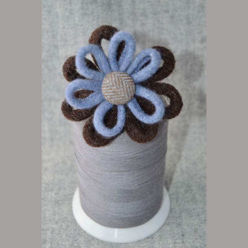 Daisy Chain Brooch (blue & brown)