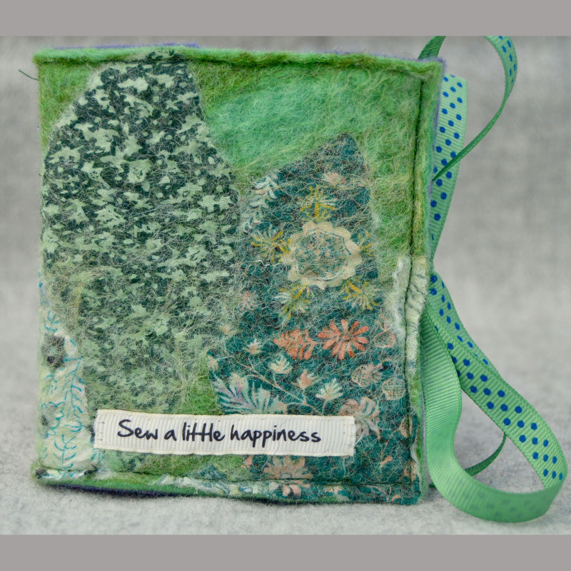 Needle case (sew a little happiness green)